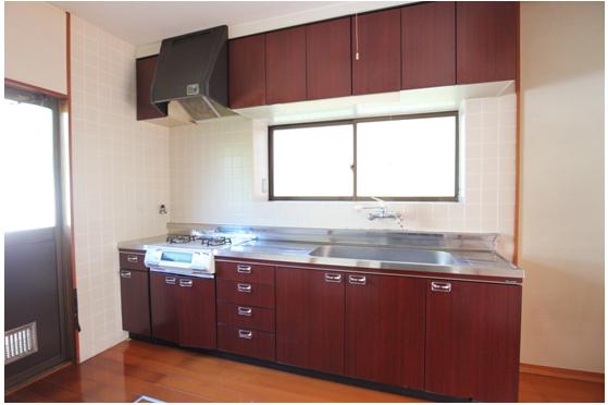 キッチン/ 幅270cm、ガス2口。 シンクが広く 出窓にも小物が置けます。 窓からは 朝日が射込み明るいです。