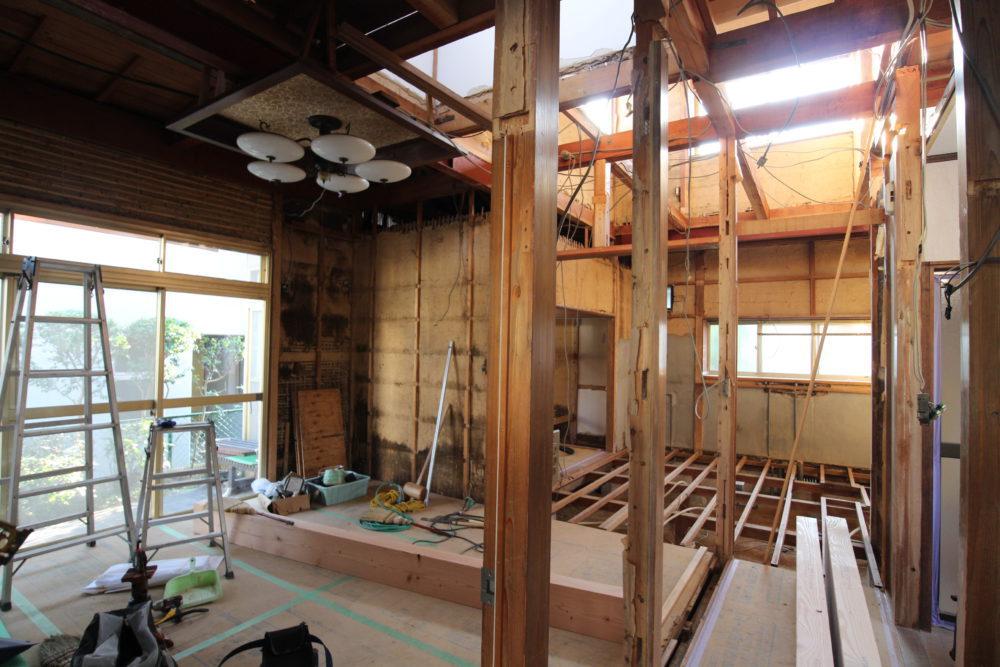 1階廊下とリビング/解体で間仕切り壁を取り払う