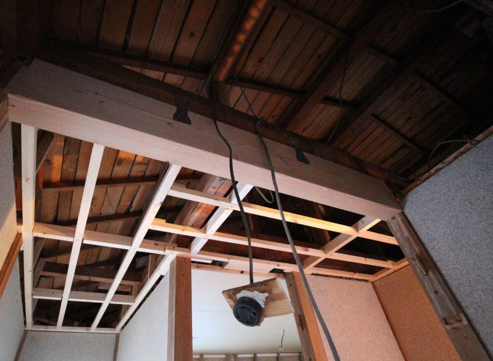 2階踊り場/桁と梁を金物で固定して補強