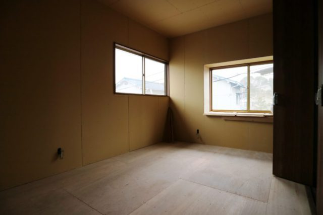 2階6帖洋室①/床・壁・天井は 下地から新しく作りました。  1間半の収納付。 南向きのバルコニーは約4帖の広さがあります。