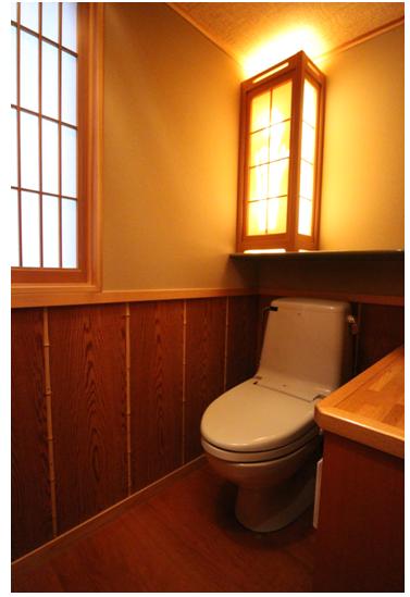 杉の香るトイレは手洗いカウンター付。
