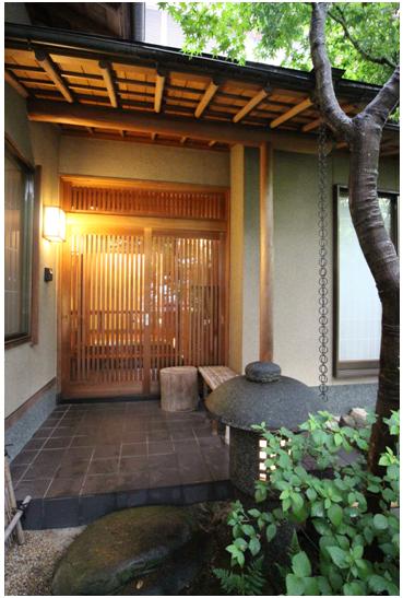 木製の玄関。 数奇屋門と玄関の屋根は 銅板一文字葺き。 建物の屋根は三州・いぶし瓦葺き。樋は銅製です。