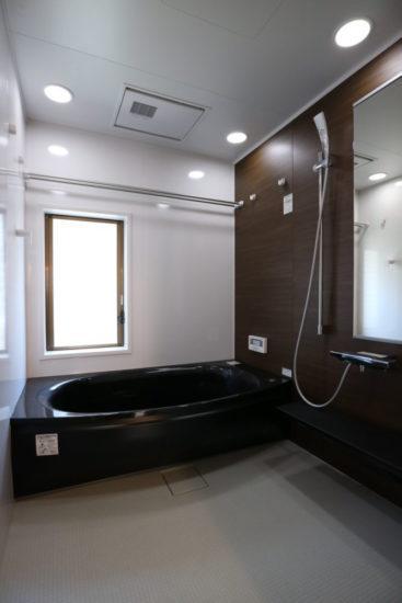 新品の浴室は広めの1.25坪。 高級感ある人工大理石に あったか断熱パック、暖房換気乾燥機付のハイクラスなユニットバスです。 エコキュート(新品)でオール電化、追い焚き機能付き。