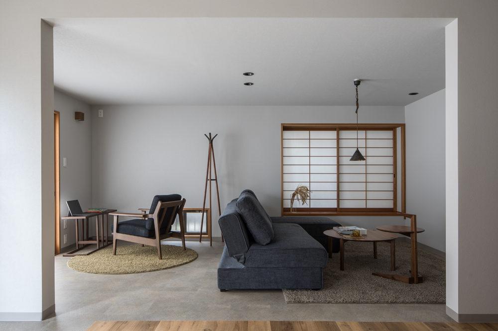 和室は、キッチン・ダイニングと一続きのリビングになりました。天井高をぐっと抑え、落ち着いた雰囲気に。