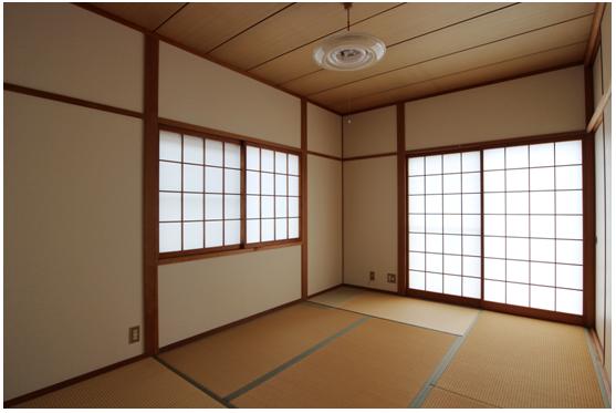 2階和室6帖/壁クロス張替え済。 手前には板の間もあり、奥行45cm程度のたんすが並べて置けます。