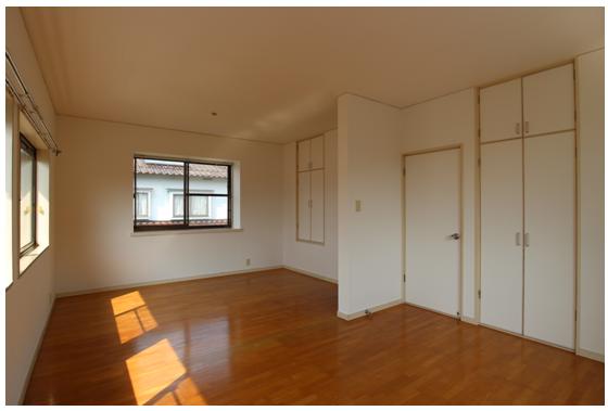 2階洋室/クロス張替え済。窓を開けると風がよく通ります。 間仕切りを入れると6帖2部屋になります。