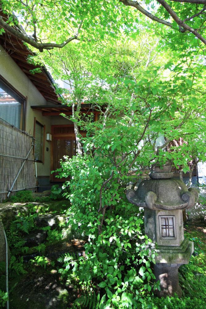手彫りの石灯篭と 玄関へ続く石階段