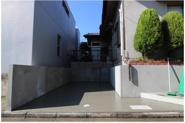 庭を造成して駐車場1台分をつくりました。 自転車・バイクは北側スロープから入れます。