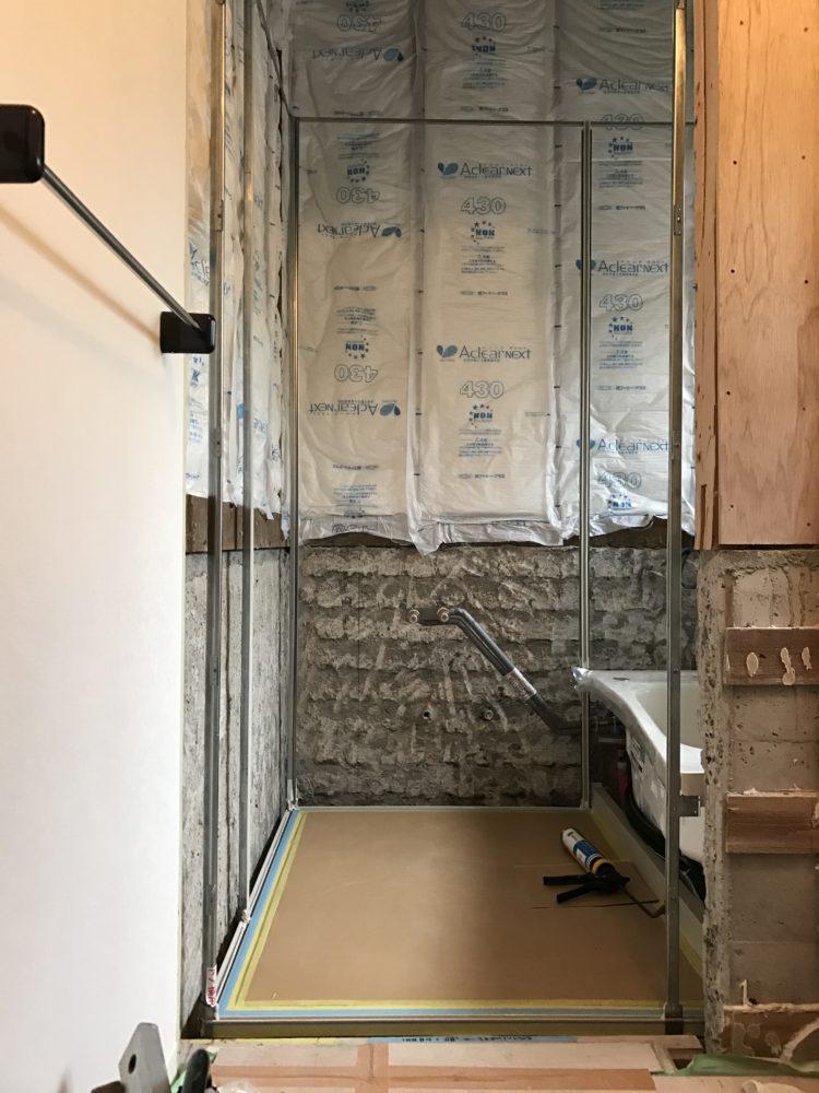 浴室/ユニットバスの床を組み 浴槽を据え付け、壁の骨組まで完了
