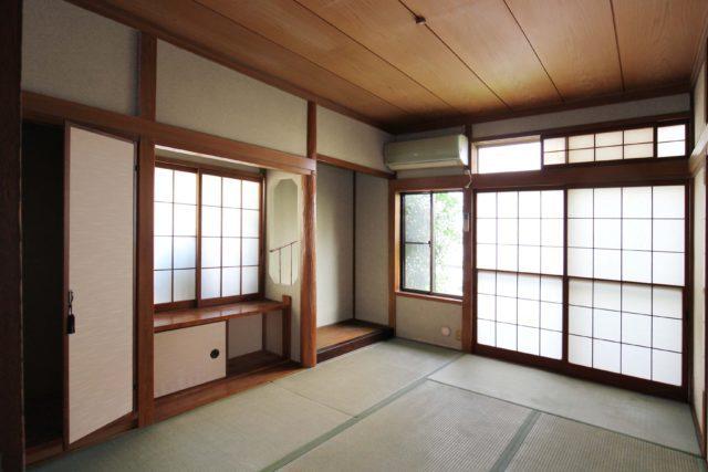 和室6帖(真壁)と仏間・地袋・床の間/畳は表替え、壁はじゅらくを塗り替えます。 床に施された竹細工は情緒があります。