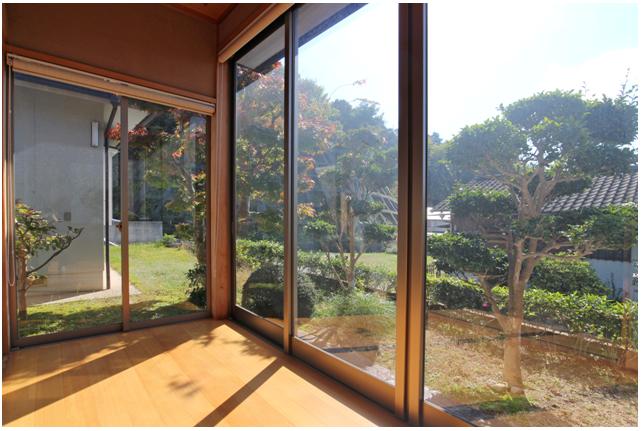 広縁/ガラス越しに庭の花木を眺められます。 日当たりがとてもよい。