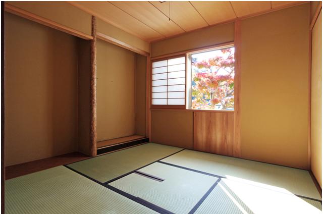 4帖半の茶室/窓からいろは紅葉が眺められます。
