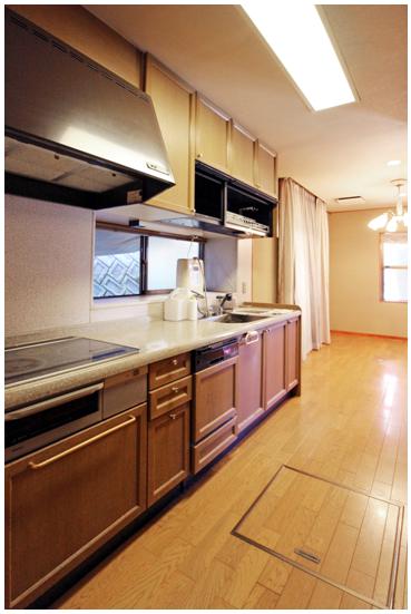 広めの2.7mキッチンは、IHヒーター、食器洗い乾燥機付。 背面に造作収納と冷蔵庫スペース。 隣にはランドリースペース、浴室があり家事動線もコンパクトです。