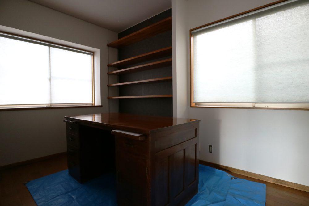 洋室の書斎デスクは 天板を研磨して塗り替え。