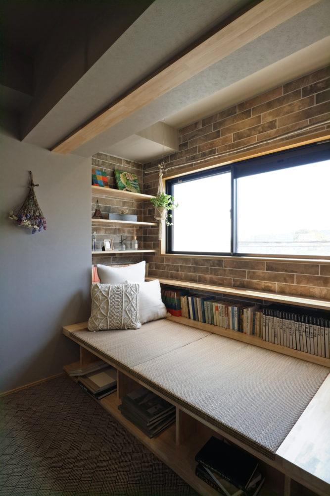 窓辺のベンチ。一帖分のスペースがあり、デイベッドとしても使えます。カーテンで間仕切ったら自分だけの空間に。部屋干し用の物干金物付き。窓から山並みが見える特等席です。