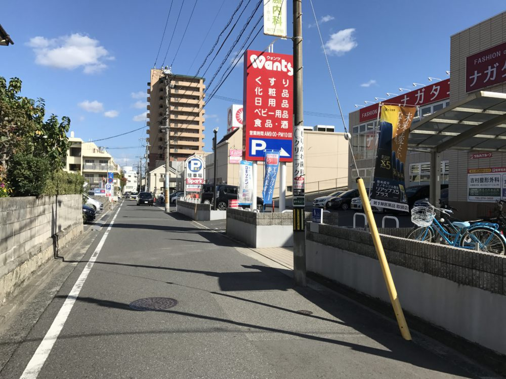 「ウォンツ」は22時、「スパーク」は24時まで営業 駐車場には広銀のキャッシュコーナー