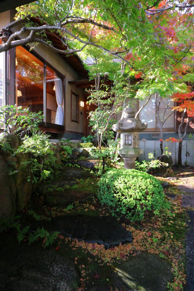 玄関アプローチの石階段、水に濡れると黒さが引き立つ「加茂川石」