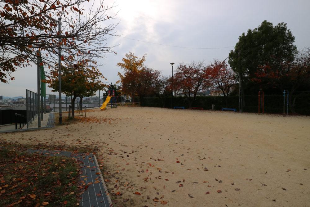 高須第一公園 正面にイチョウの大木