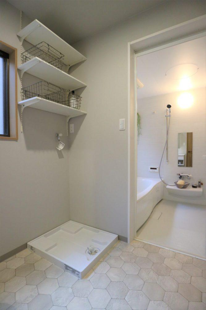 洗濯機スペースの上には可動棚を設置。