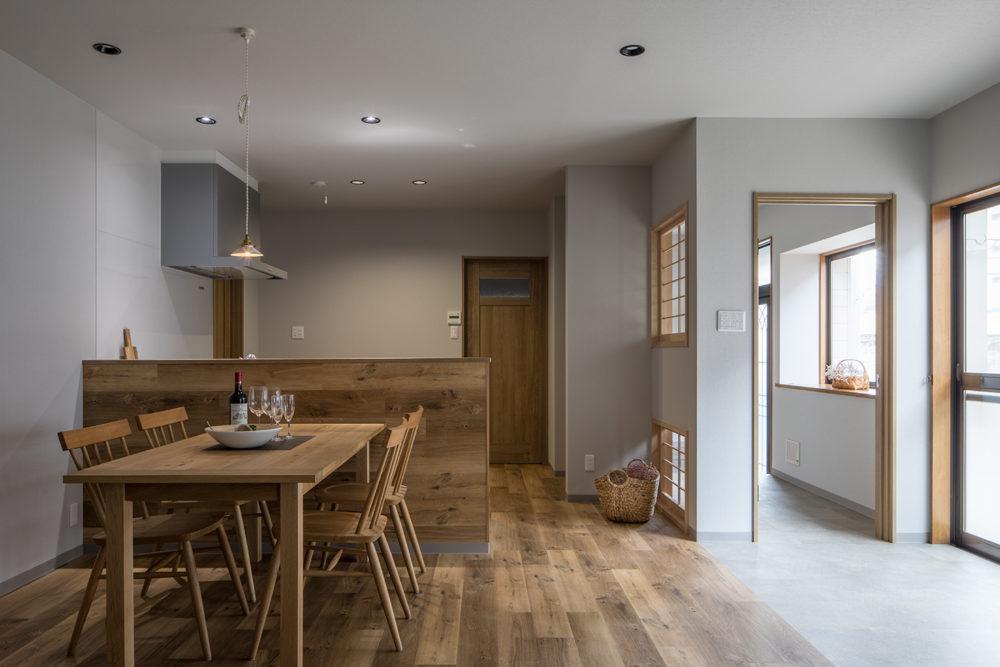 奥まった場所にあったキッチンは、位置を変えて対面式に。家族の様子や外が見えます。
