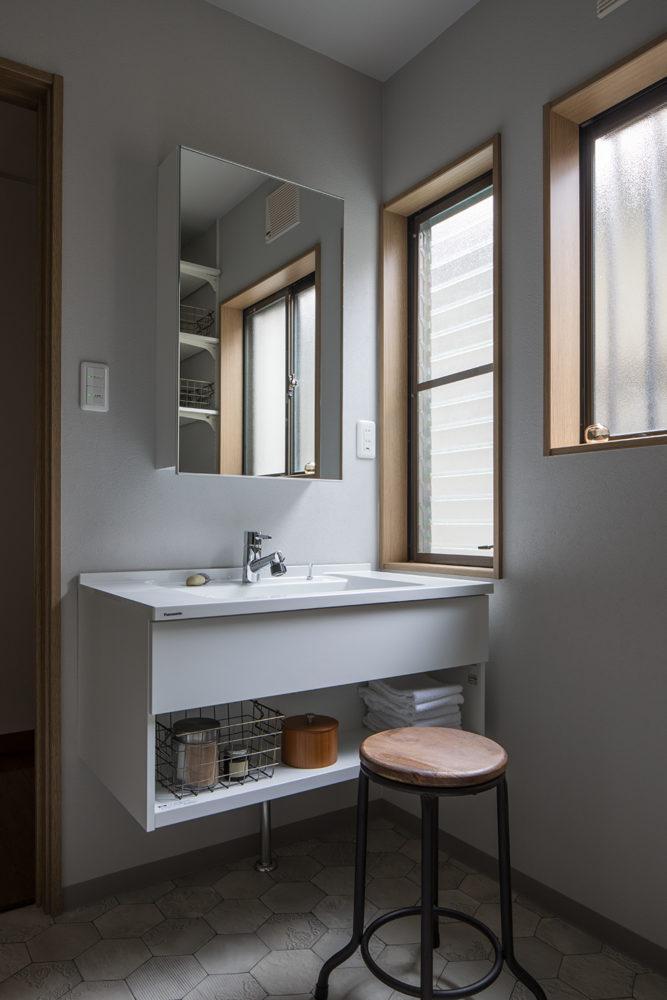 洗面脱衣室。洗面台は位置を変え窓の横に配置。フロートタイプの洗面台で足元をすっきりさせました。