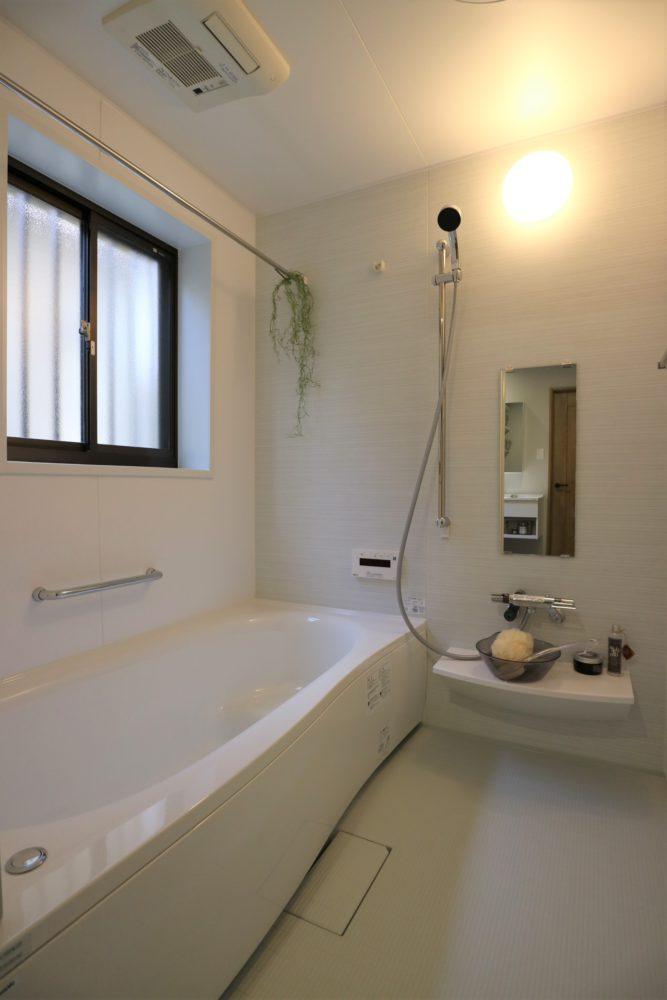 浴室は、0.75坪から1坪サイズに広げて明るくなりました。追焚き機能、暖房換気乾燥機もついています。