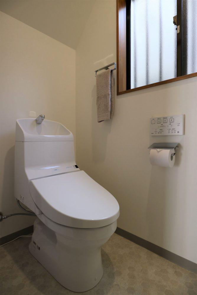 トイレは、1階2階ともウォシュレット一体型ですっきり。