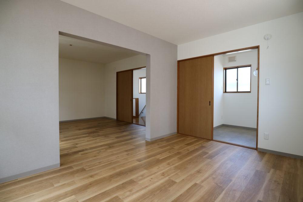 もと、キッチンやシャワールームのあった2階。居室は仕切らず、空間をつなぎました。右奥は多目的に使えるフリースペースに。