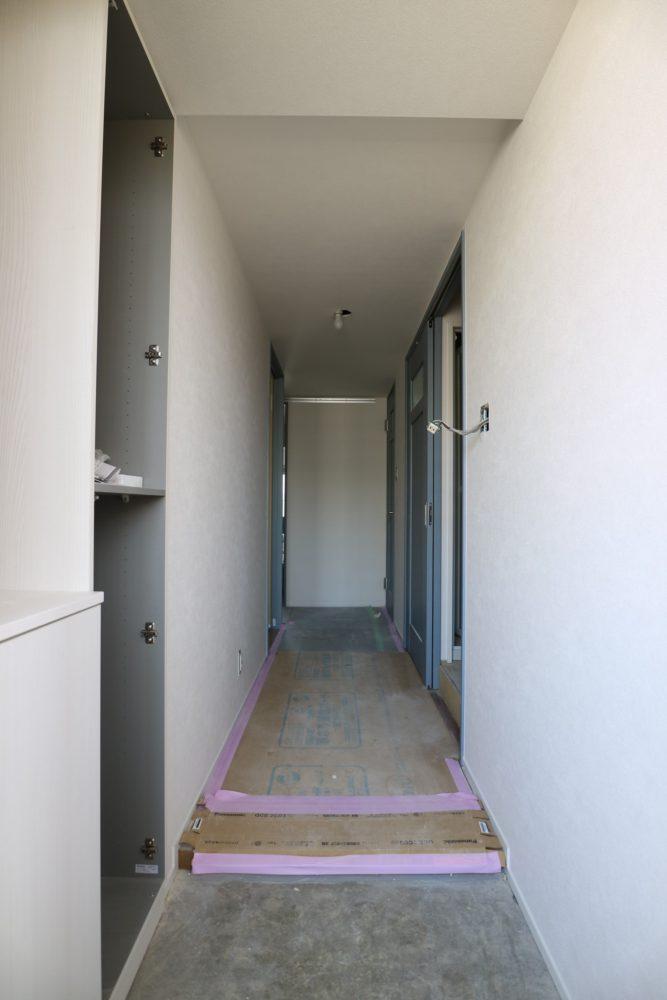 玄関ホール/左手、オーダーで注文した玄関収納。