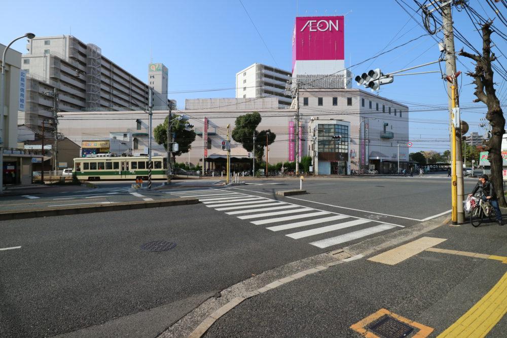 広電宇品線「県病院」電停。買い物、病院、銀行など生活に欠かせない施設が近隣に充実しています。
