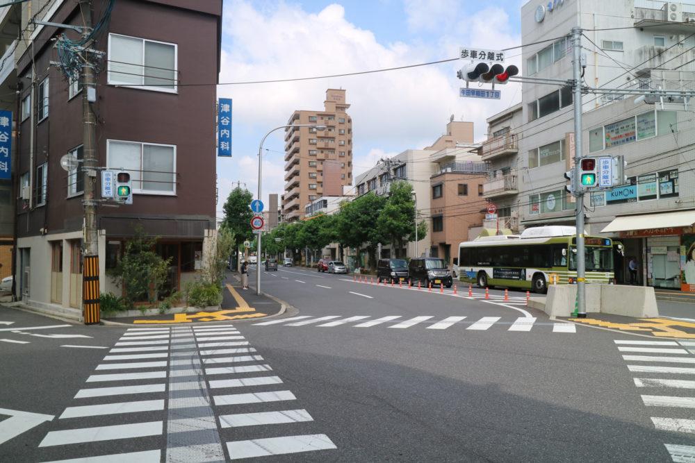 バス通りの商店街(ほおずき通り)まで190m。