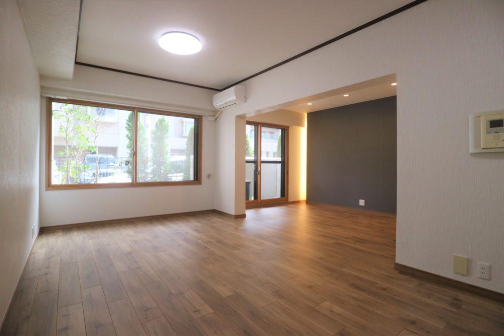床はキャメル色のフローリング、壁はホワイト&ブルー、空間にメリハリをつけました。