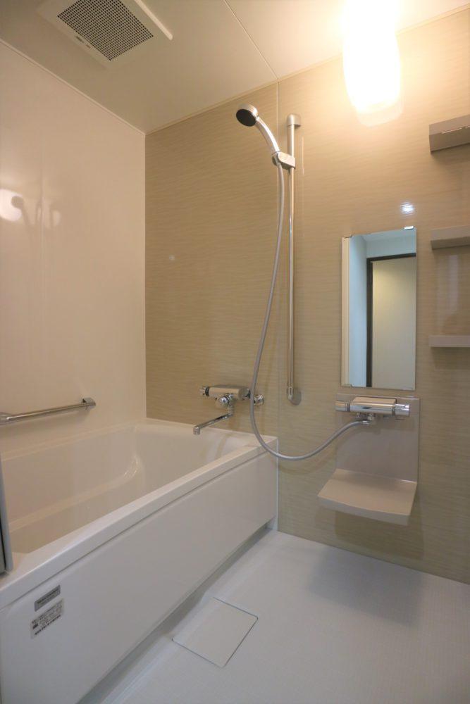 ユニットバス1216サイズ。浴槽水栓は、自動計量止水付き。ホーロー壁パネル。