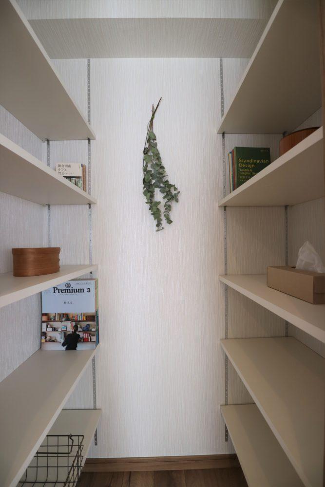 可動式の棚板。DVDケースや単行本、雑誌や書類などを奥行に合わせて収納できます。