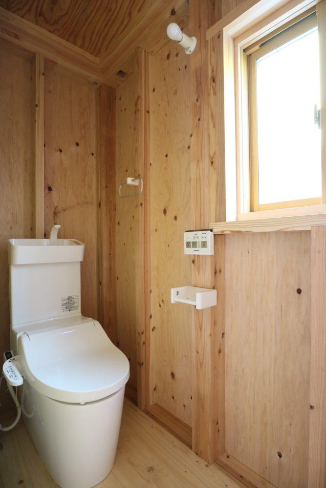 手洗い、洗浄機能付きのトイレ。