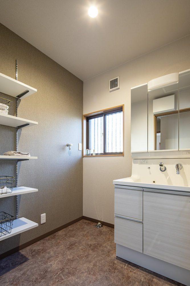 洗面脱衣室/ゆったり使える洗面化粧台。 棚板は好きな高さに動かせます。