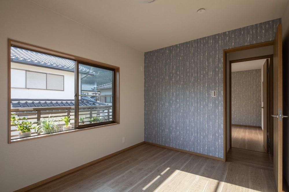 2階洋室(Blue)お子様のお部屋に。朝日が差し込みます◎窓には手すりがついて安心。