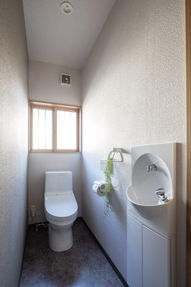 トイレ/汚れがつきにくく、落ちやすい清潔機能付き便器。 ラクな姿勢で手が洗える手洗い器。