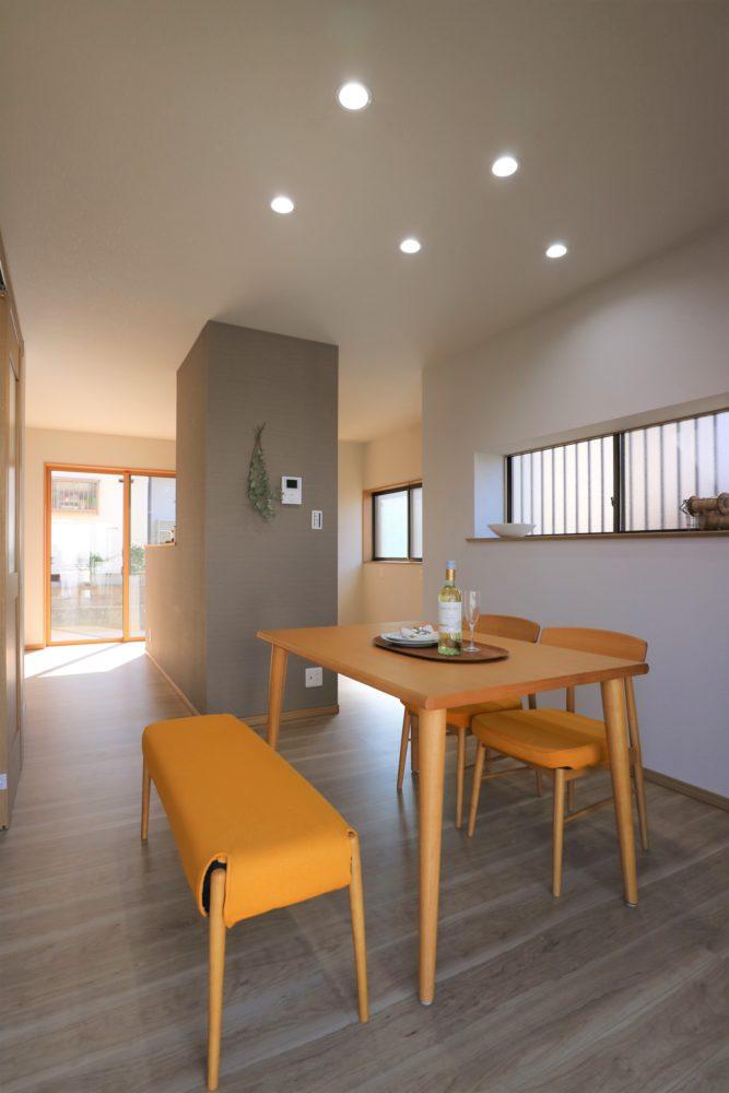 光が射し込む明るいダイニングキッチン。 食事や学習、シーンに合わせて照明の光色を切替えできます。