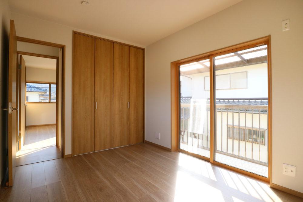 2階洋室(Glay)主寝室に。朝日が差し込みます◎ベランダ付き。