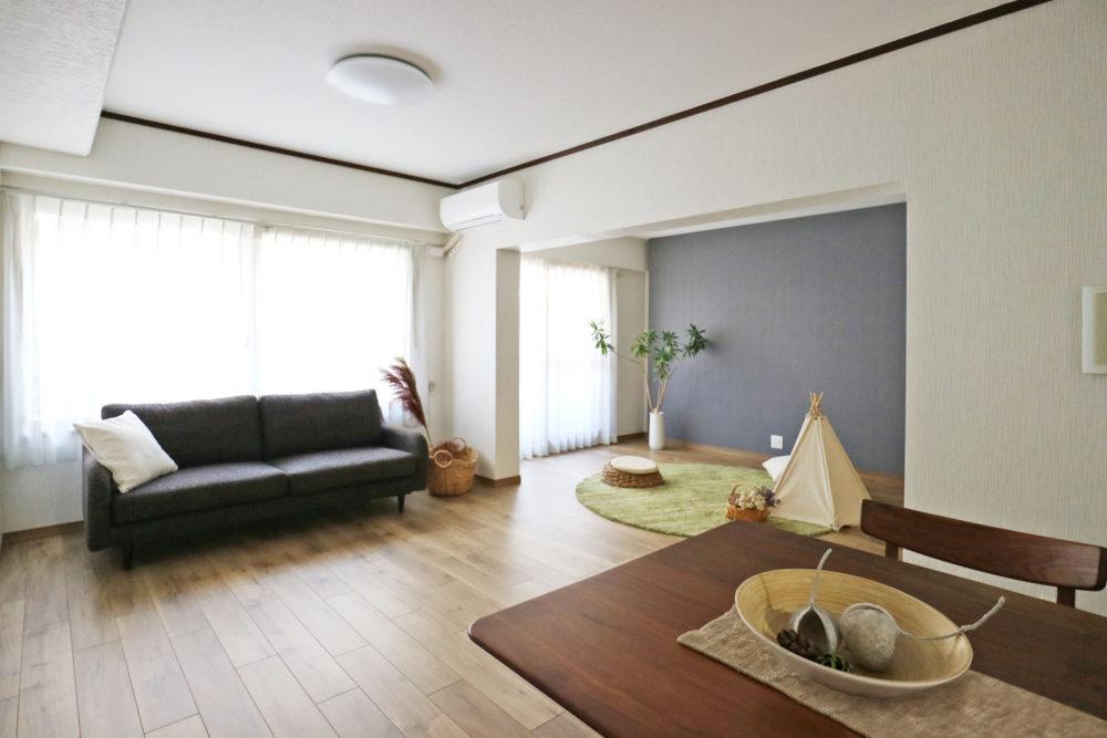 幅広の腰窓&掃出し窓から光が射し込むリビングダイニング16.5帖。