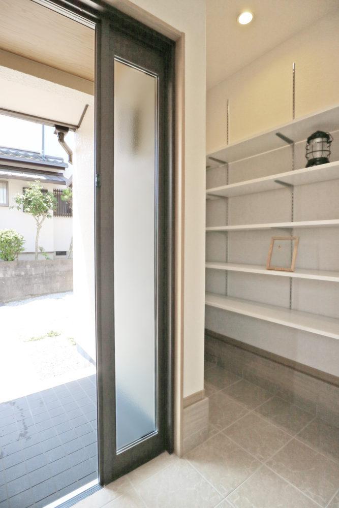 断熱性の高い玄関ドア、シューズクローク。 棚は自由にレイアウトできる可動式。