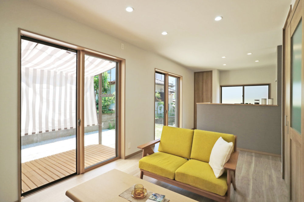 お部屋に広がりをもたせる縁台テラス付き♪ 窓を開け広げると解放感たっぷり!リビング、キッチン、ダイニング、家族がそれぞれの居場所でくつろげます。