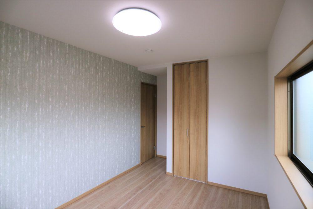 2階洋室(Gleen)お子様のお部屋に。窓からは丘の緑が見えます◎