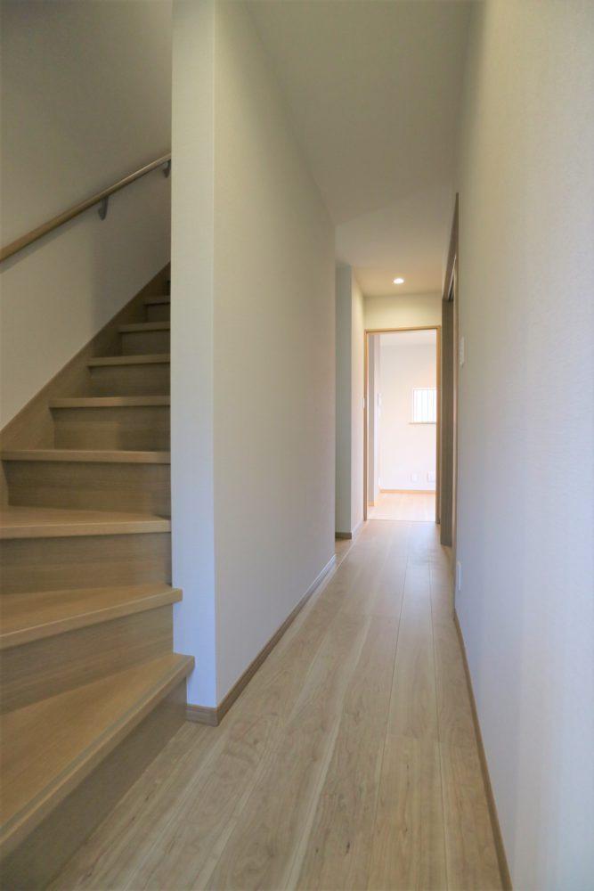 廊下、階段/階段は手すり付き。