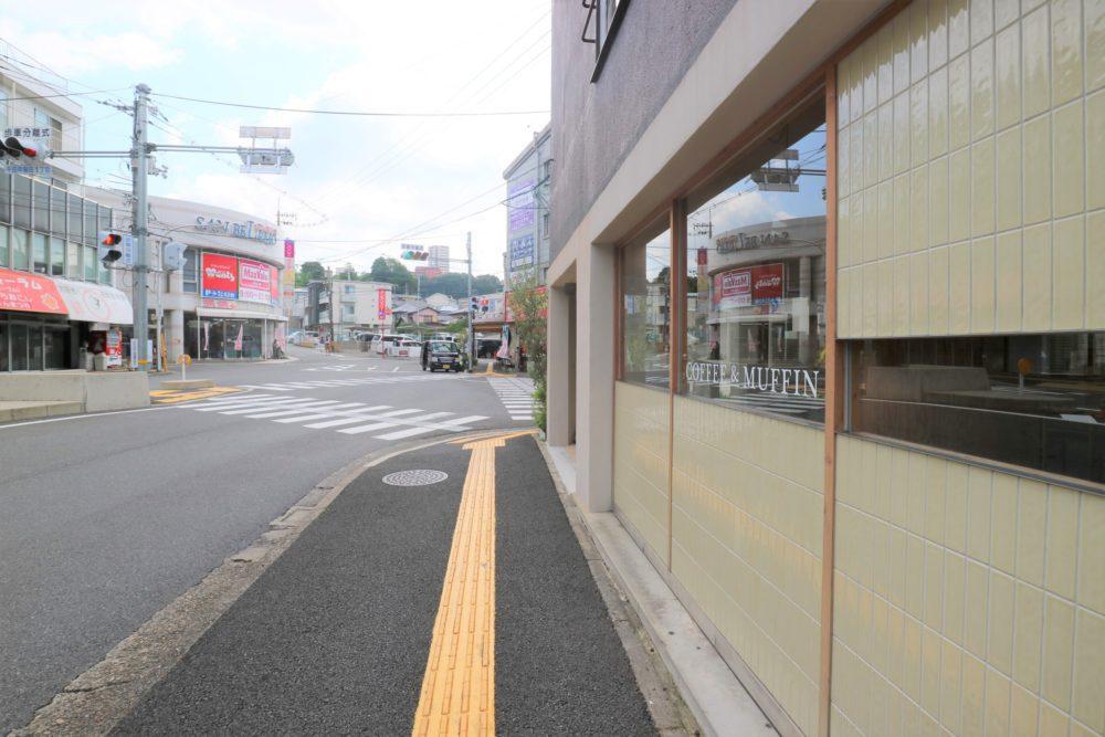 バス停前には、COFFEE&MUFFIN『CAFE LUSTER(カフェラスター)』